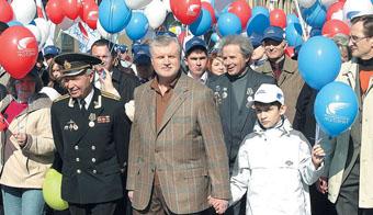 Сергей Миронов во главе колонны РПЖ на первомайской демонстрации (2005 год)